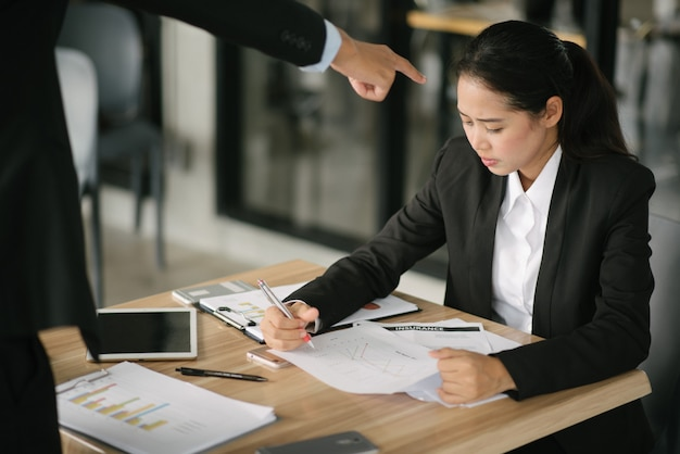 Verärgerter arbeitgeber, der heftig im büro ausdrückt