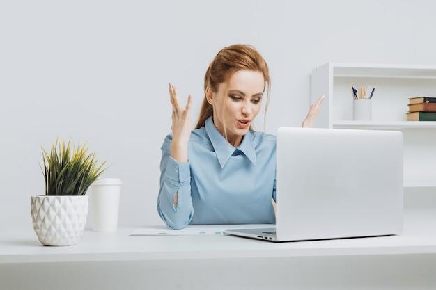 Verärgerter büroangestellter, der probleme mit computer hat.