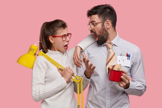 Verärgerter ehemann schreit frau an, während er familienunternehmen bespricht