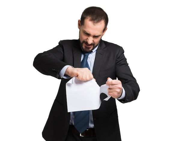 Verärgerter geschäftsmann, der ein dokument zerreißt