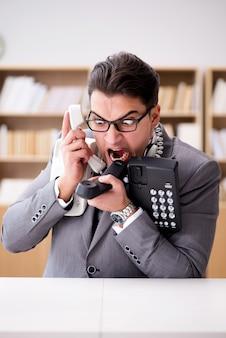 Verärgerter informationsstellenbetreiber, der im büro schreit