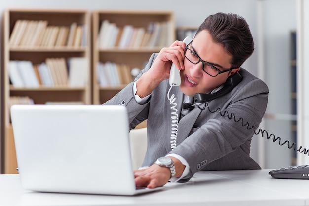 Verärgerter informationsstellenbetreiber im büro