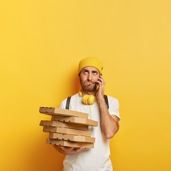 Verärgerter lieferbote mit pizzaschachteln