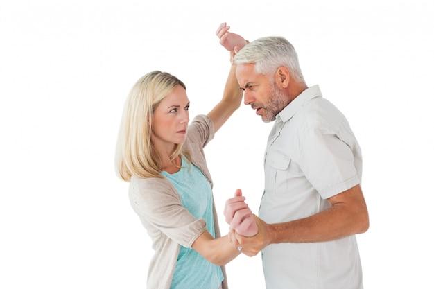 Verärgerter mann, der seinen partner überwältigt