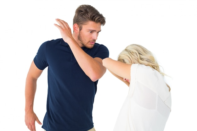 Verärgerter mann, der ungefähr seine freundin schlägt