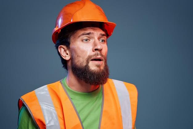 Verärgerter mann in arbeitsuniform orange farbe sicherheit harte arbeit beschnittene ansicht.