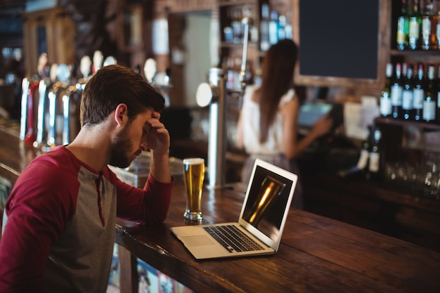 Verärgerter mann mit laptop