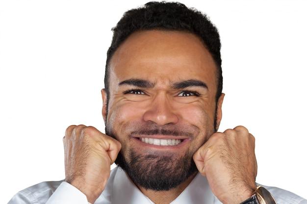 Verärgerter negativer schwarzer junger mann getrennt auf weiß