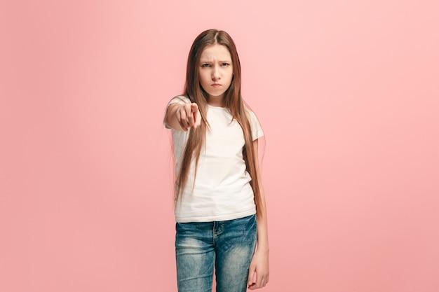 Verärgerter teenager, der nach vorne zeigt
