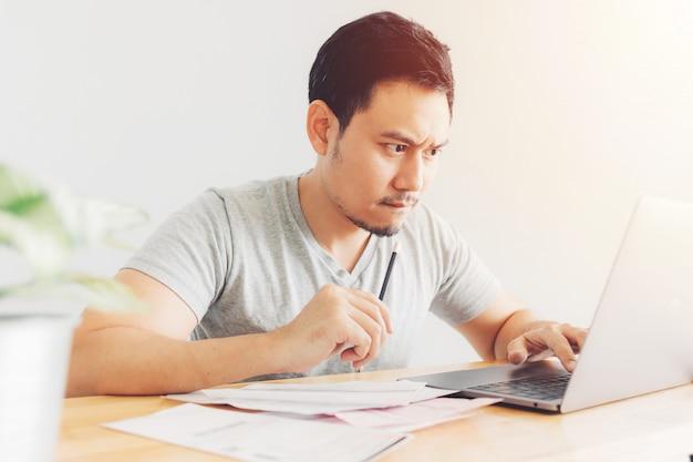 Verärgerter und ernster mann hat probleme mit abrechnung und schulden.