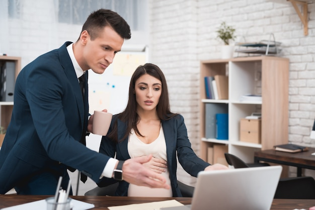 Verärgerter zorniger chef, der schwangeren angestellten anschreit