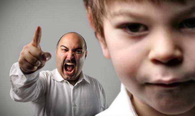 Verärgertes elternteil, das mit einem kind schreit