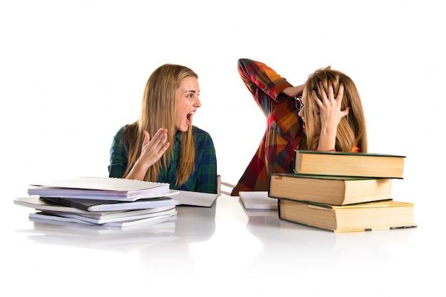 Verärgertes mädchen, das an ihrem freund beim studieren schreit