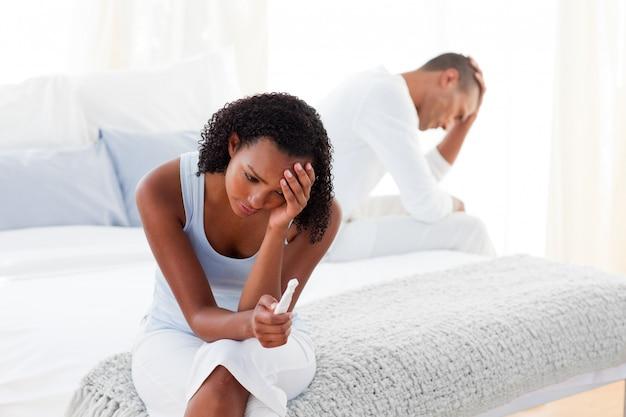 Verärgertes paar, das ergebnisse eines schwangerschafttests herausfindet