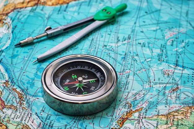 Veralteter kompasssegler auf topografischer karte