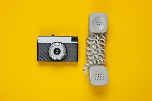 Veraltetes mobilteil, retro-kamera auf gelb