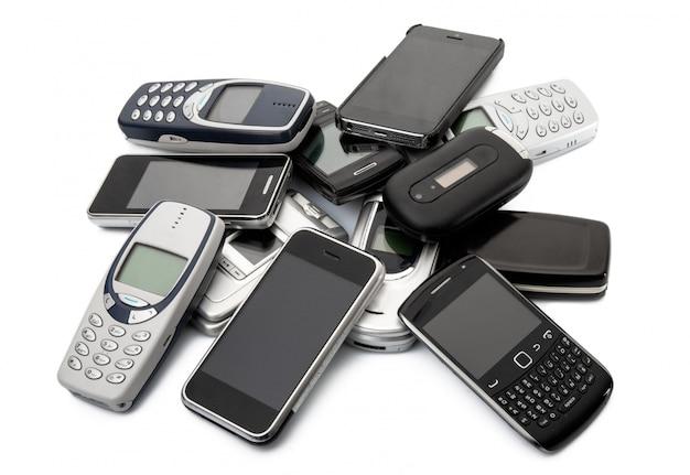 Veraltetes mobiltelefon auf weißem hintergrund