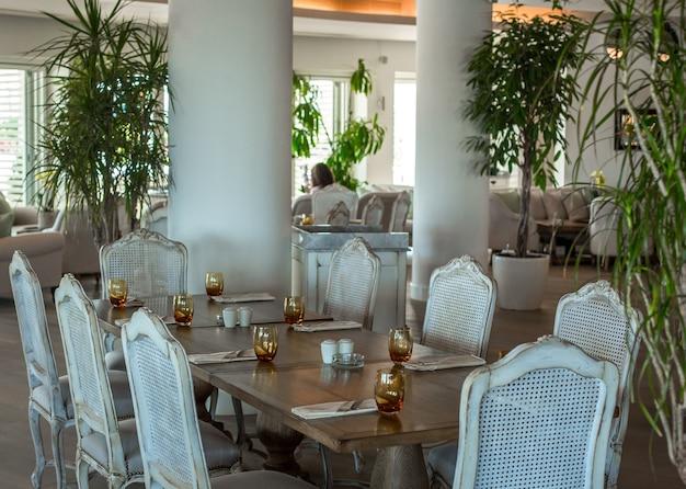 Veranstaltungssaalmöbel in braunen und weißen farben