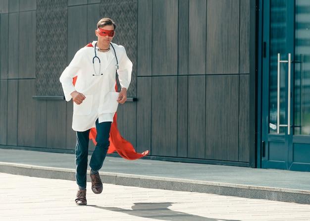 Verantwortlicher arzt-superheld eilt zur rettung