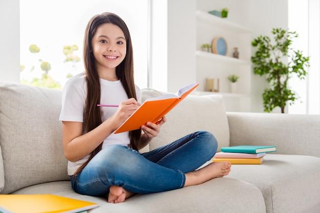 Verantwortungsbewusstes schüler schülerin macht hausaufgaben stift halten notizblock schreiben