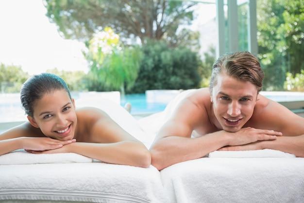 Verbinden sie das lügen auf massagetabelle in der badekurortmitte