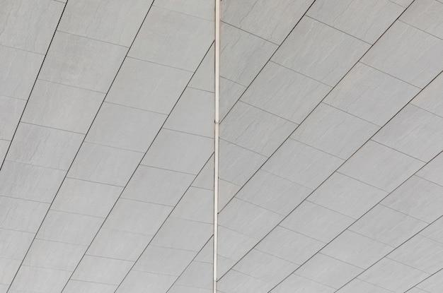 Verbindungslinie zwischen zwei seiten der glatten unebenen grauen fliese auf wand oder boden, bodenoberfläche.