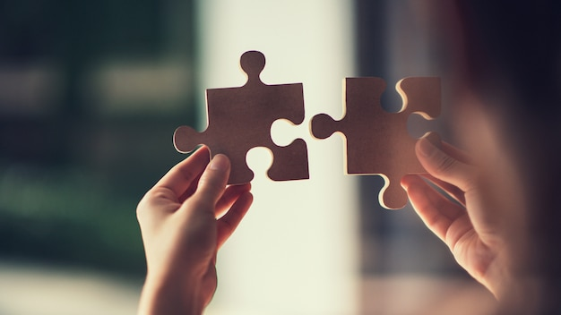 Verbindungspuzzlen der frau, fotos durch glas, geschäftslösungen, erfolg und strategiekonzept.