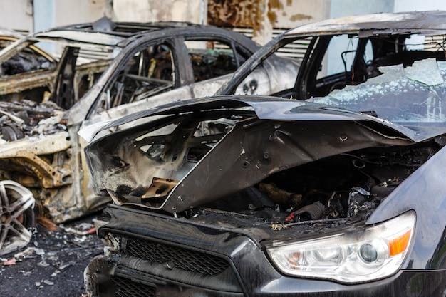 Verbrannte autos auf der straße