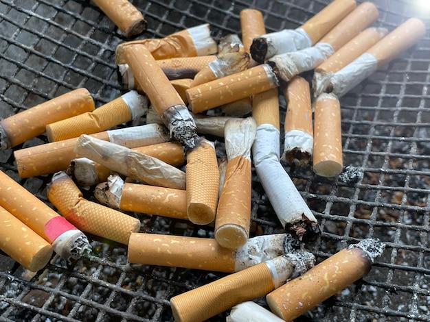 Verbrannte zigaretten auf aschenbecher