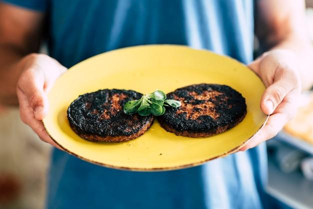 Verbrannter gekochter hamburger mit kochfehler zu hause