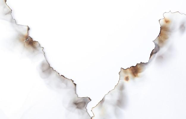 Verbranntes altes zerrissenes papier auf weißer oberfläche mit kopierraum