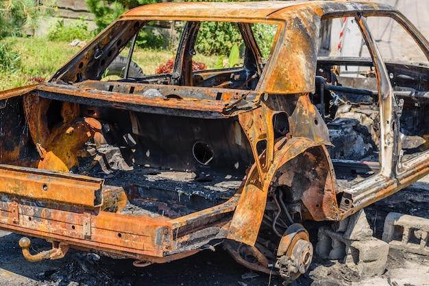 Verbranntes auto auf der straße geparkt