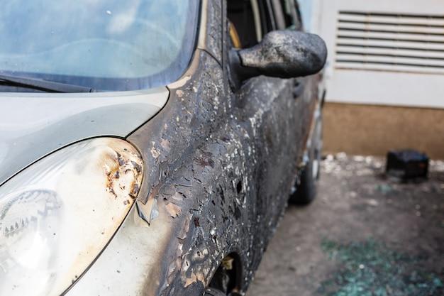 Verbranntes auto auf der straße