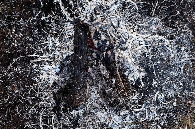 Verbranntes lagerfeuer mit seiner hohen ansicht der asche