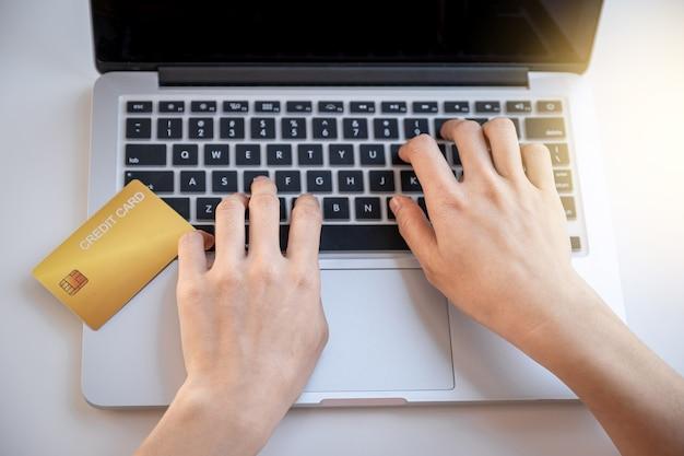 Verbraucher frau hand mit laptop für online-shopping
