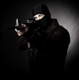Verbrecher mit gewehr
