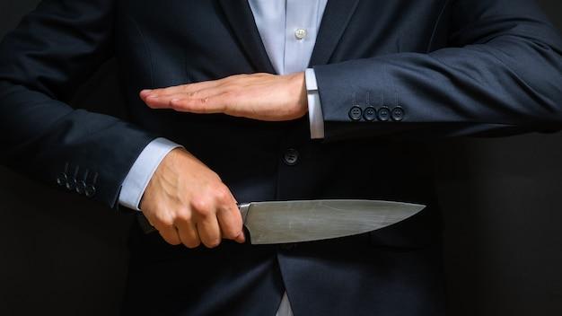 Verbrecher mit großem messer versteckt. kalte waffe, einbruch, mord.