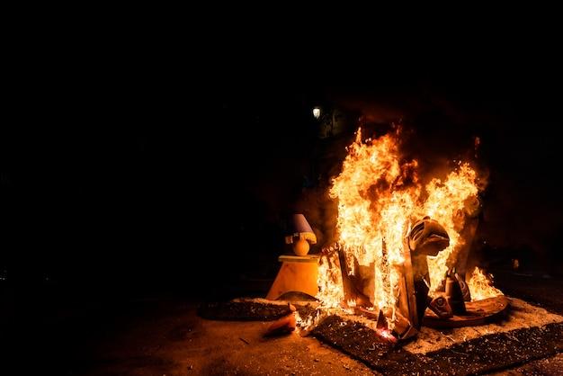 Verbrennung der fallas-kinder von valencia, der kleinsten und ersten skulpturen, die verbrannt wurden.