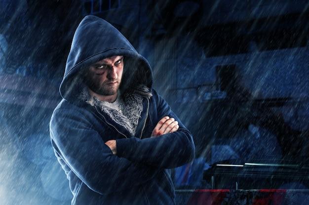 Verdächtiger mann mit bluterguss und faustschlag im hoodie