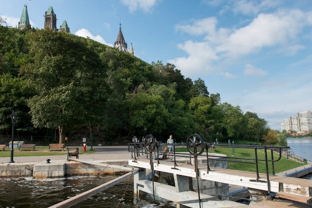 Verdammung auf rideau-kanal mit parlaments-gebäude im hintergrund, parlaments-hügel, ottawa, ontario, ca