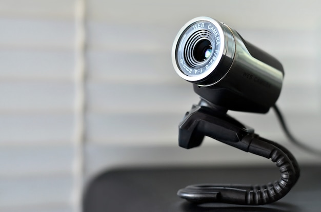 Verdrahtete webkamera, die auf der computeroberfläche liegt. nahaufnahme