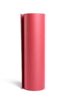Verdrehte rote neopren-sportmatte für sport, yoga isoliert auf weißer oberfläche, nahaufnahme