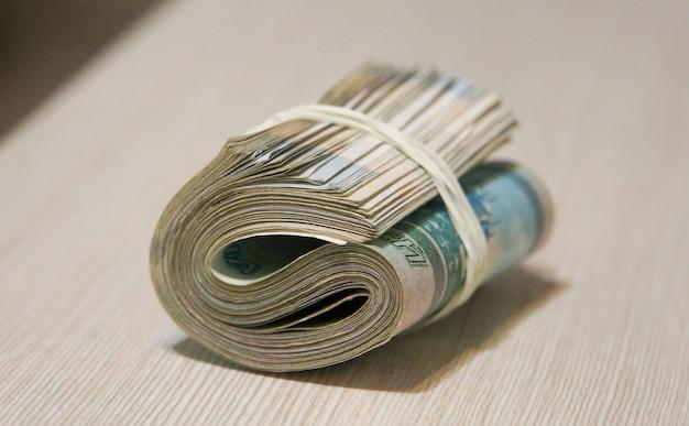 Verdrehtes bündel geld, banknotenverpackung