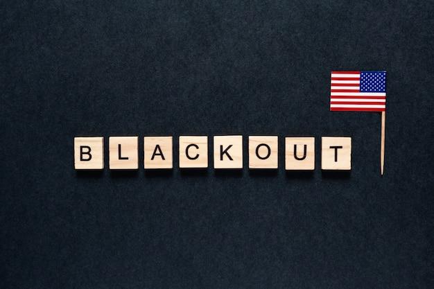 Verdunkelungsinschrift auf einem schwarzen hintergrund. amerikanische flagge.