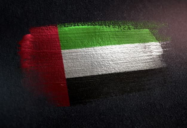 Vereinigte arabische emirate-flagge hergestellt von der metallischen bürsten-farbe auf dunkler wand des schmutzes