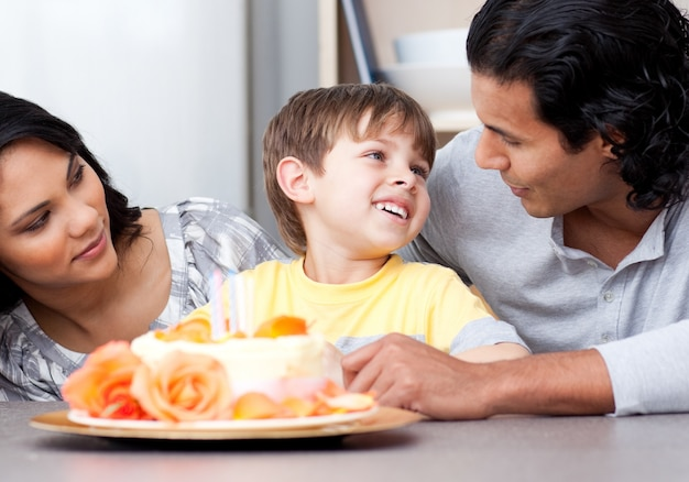 Vereinigte familie feiert einen geburtstag zusammen