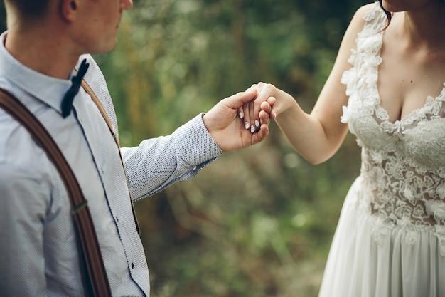 Vereinigte hände von newlyweds