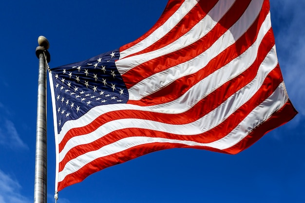 Vereinigte staaten von amerika. wind durchgebrannte flagge die vereinigten staaten von amerika über himmelhintergrund.