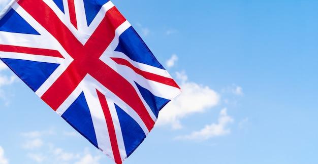 Vereinigtes königreich fahnenschwingen im wind im blauen himmel