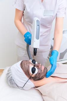 Verfahren carbon-gesichtspeeling in der klinik für laserkosmetik.
